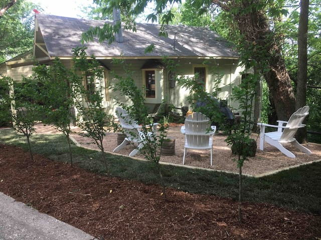 NEW LIST! 3BR with hot tub in DT Eureka Springs!