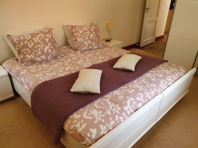 Slaapkamer met tweepersoonsbed dat ook als twee losse bedden kan worden geplaatst.
