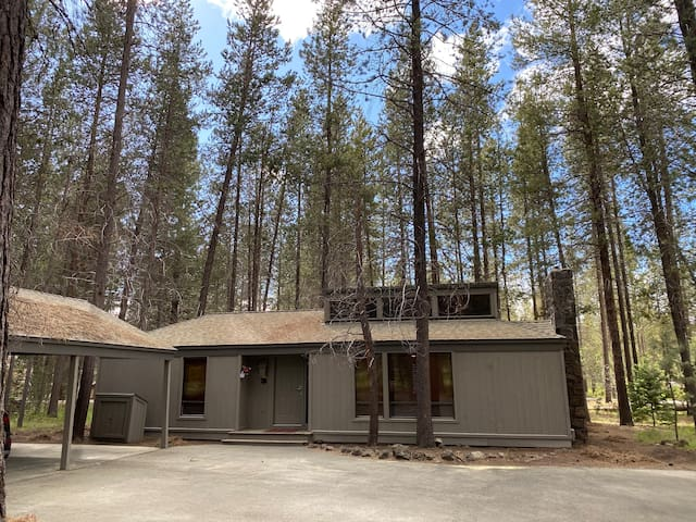Walk to village/lodge, private hot tub, Sharc pass