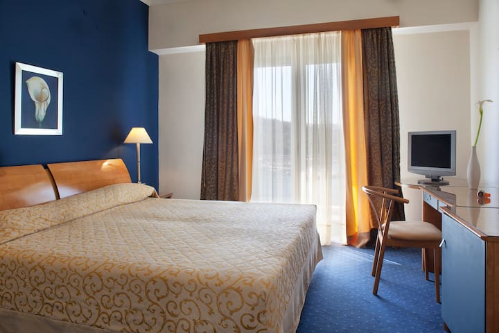 Classic twin room (sea view) | Lucy Hotel