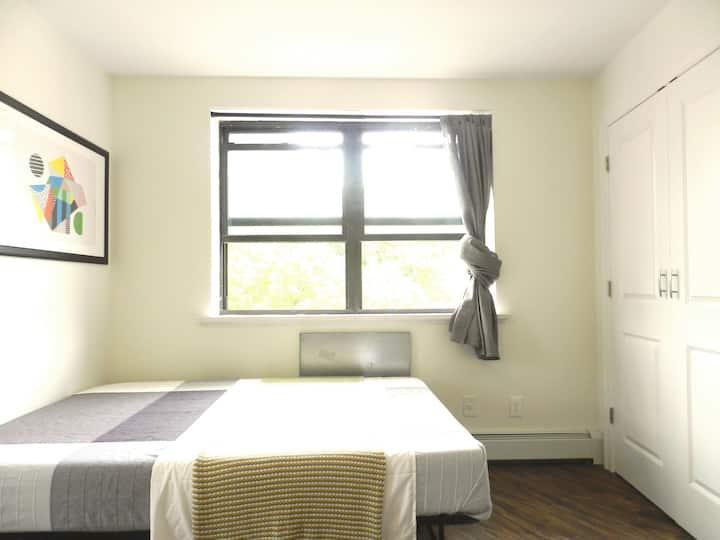 Lux room near train station,  LGA & Manhattan.