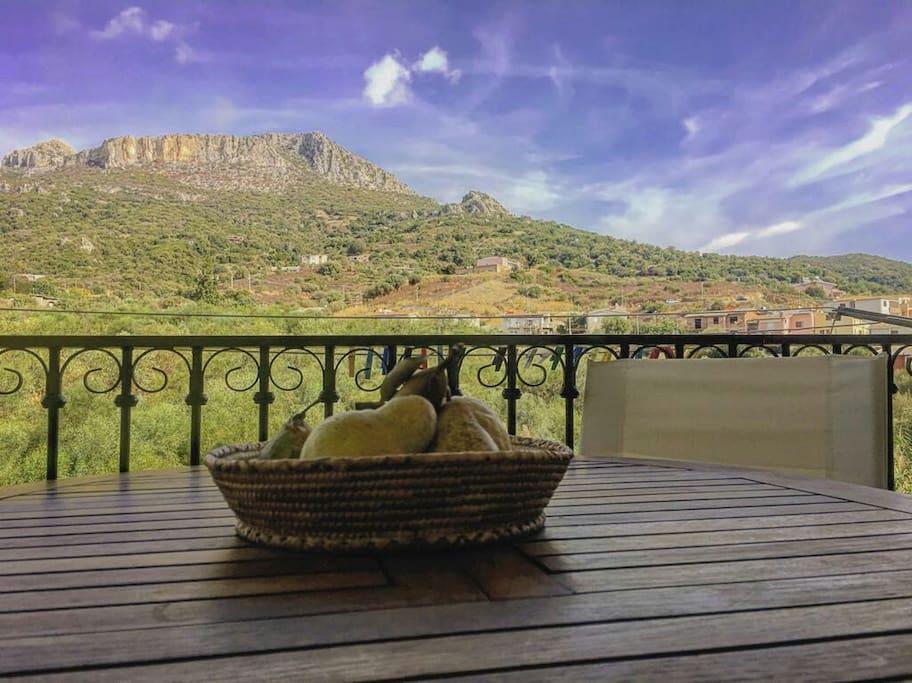veranda con tavolo da pranzo
