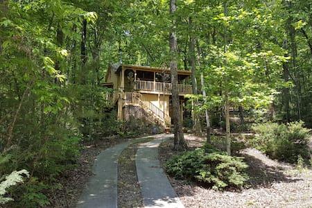 Jeffrey's Hideaway Treehouse! - Sautee Nacoochee - กระท่อม