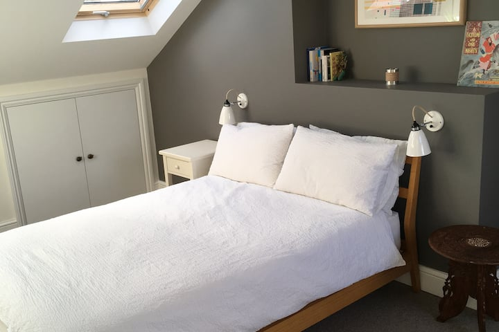 Modern double room with ensuite and wifi
