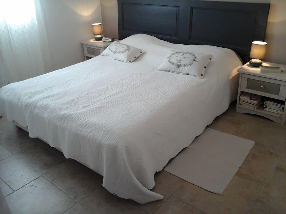 1ère chambre très agréable,  à l'étage, avec un grand lit double