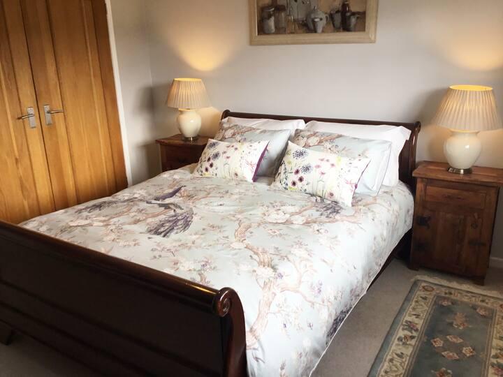A lovely en-suite double room in pretty village