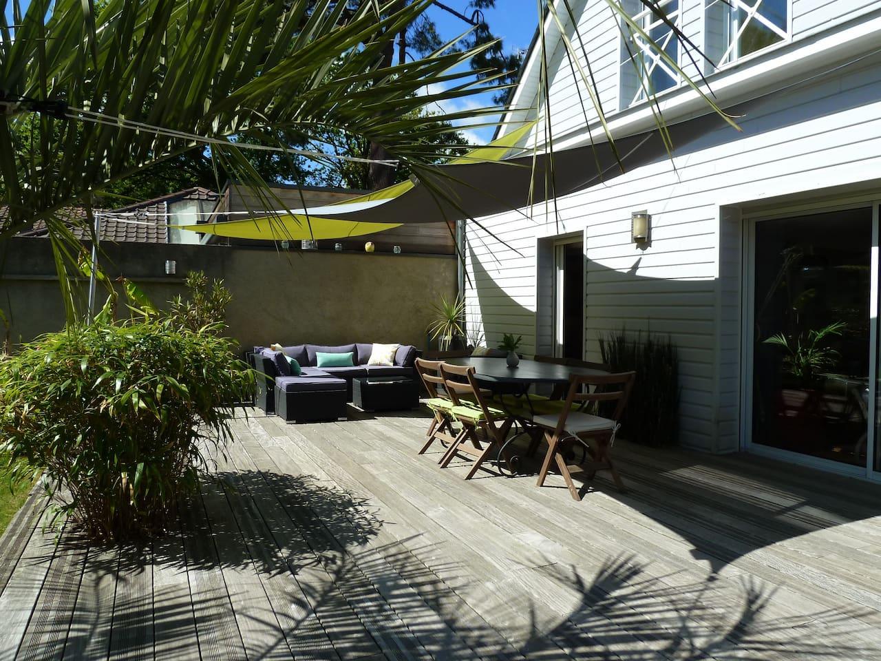Terrasse avec coin repas et salon de jardin au sud sur jardon