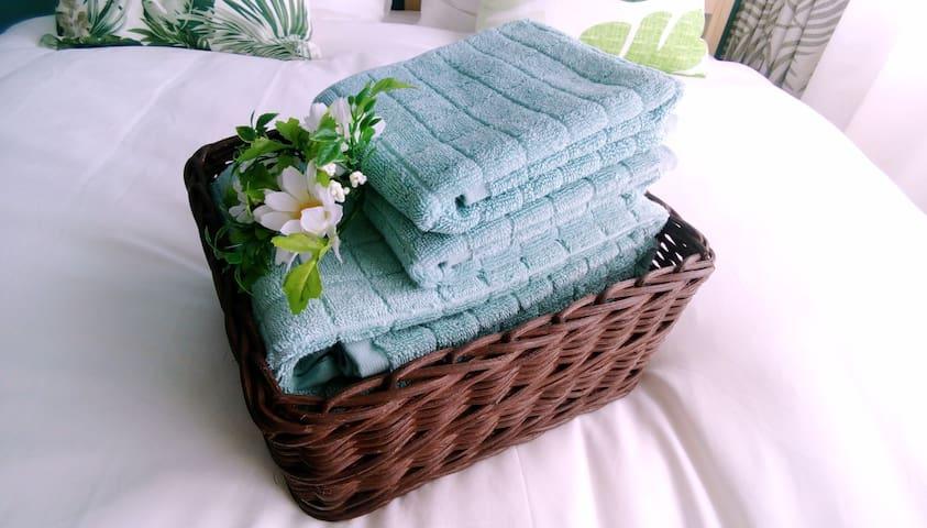 充足的备品。干净的浴巾和脸巾。 Clean bath towels and face towels.