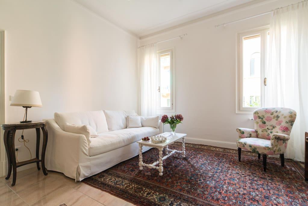 Soggiorno con ampio e comodo divano