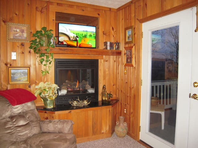 Mary's Cottage Pigeon Forge w/VIEW and HOT TUB - Sevierville - Condo