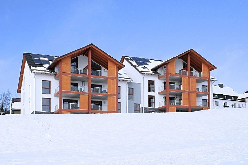 Appartementen complex vanaf achterzijde in de winter