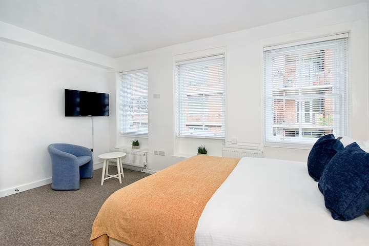 Private en suite room with shower in Holborn S6