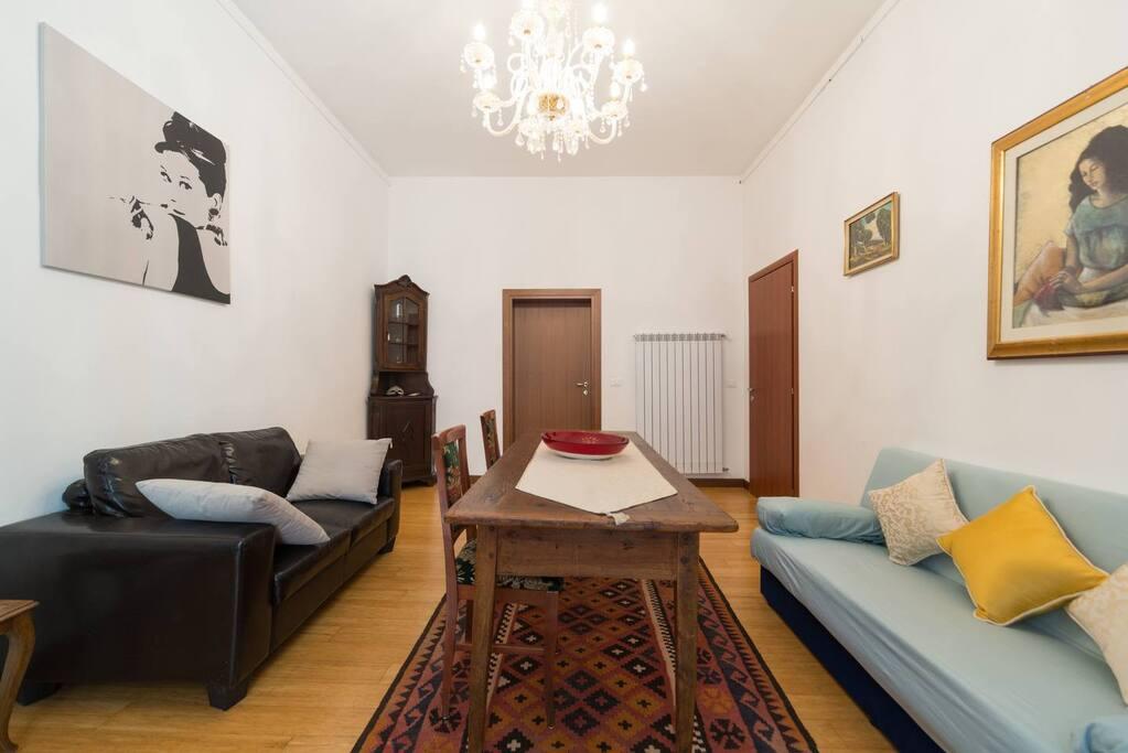 Ampio salotto arredato tipico stile veneziano