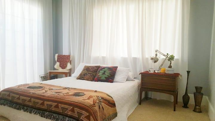 Sunny private room in historic Fruitvale District