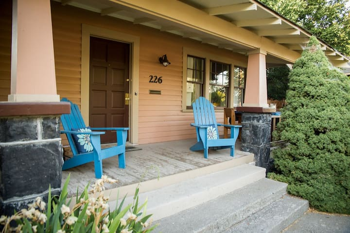 Historic Downtown Craftsman with Hot Tub