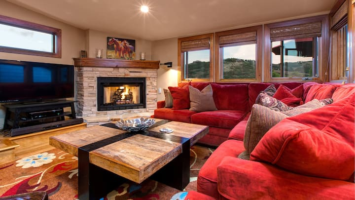 Walk to Town Lift and Main St, Private Hot Tub, Spacious Park City Home! Sleeps 9