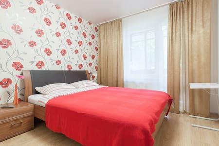 Уютная комната с удобной кроватью - Yekaterinburg - Apartemen