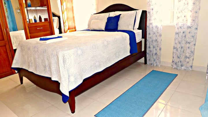 Caribbean Blue*SuperHost* Pool, A/C, WiFi, Gym