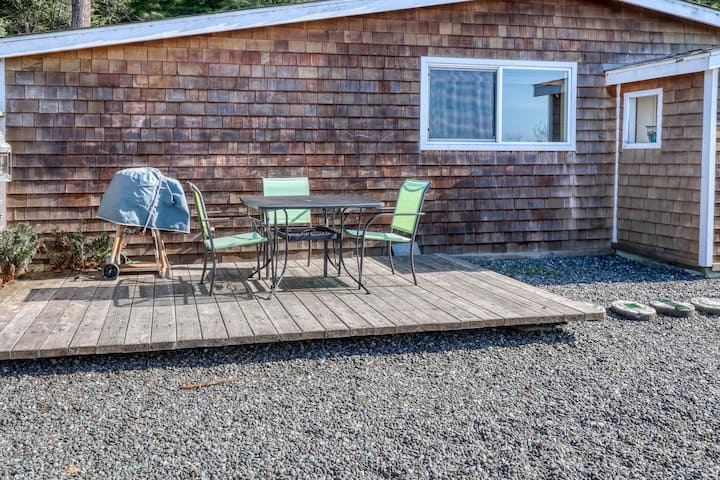 Cozy, dog-friendly studio with partial ocean views and enclosed yard!