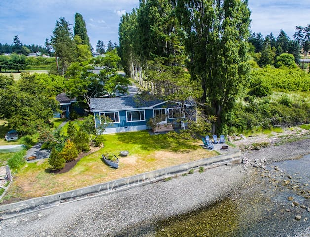 Unique Waterfront Beach House - pets welcome!