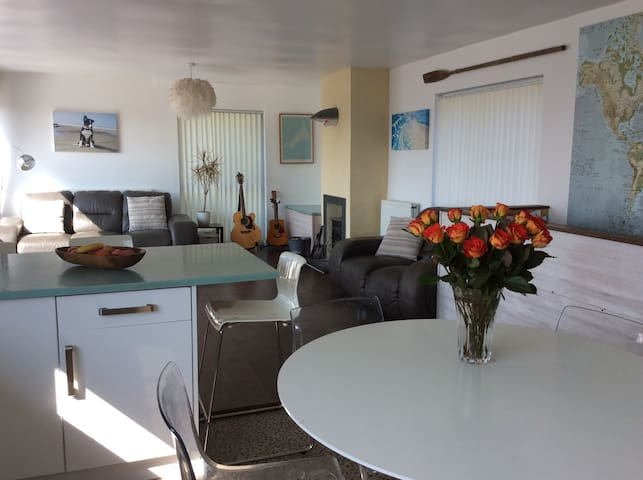 Stunning harbour view, dog friendly family home!
