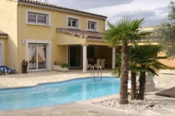 Chambre et salle d'eau privée au calme dans villa