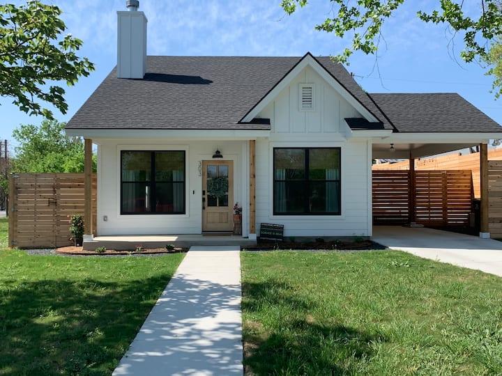 Cozy 2-Bed Farmhouse - easy access to Austin & SA!