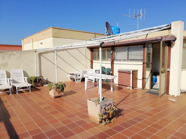 Apt,sun-soaked roof terrace, 60 meters from beach