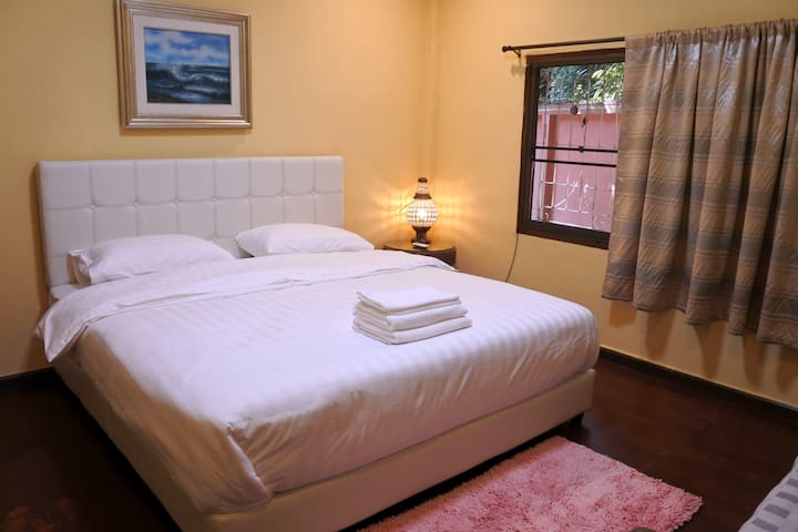 4x4 Private room with share bath room near airport