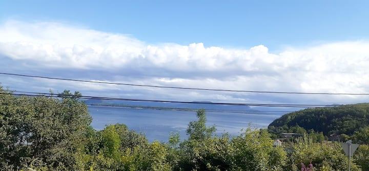 Hus ved fjorden.