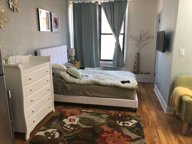 Cozy Studio in LIC 2 train stops from Manhattan