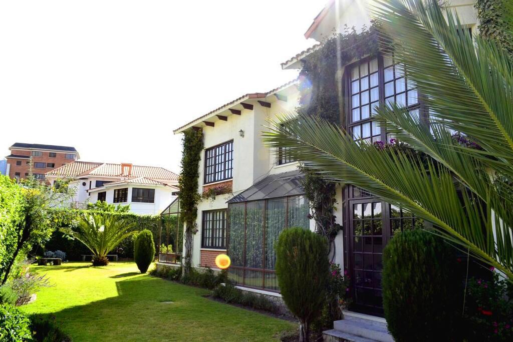 Part of the garden and the house/parte del jardín y la casa.