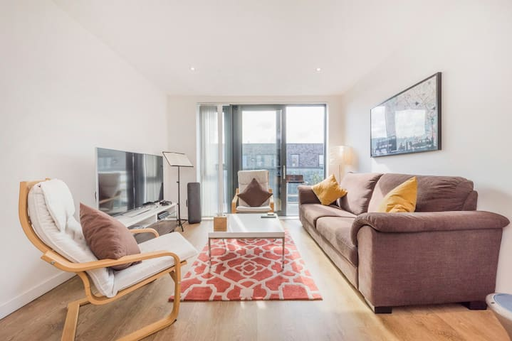 3BR flat minutes to DLR, District and Central Line