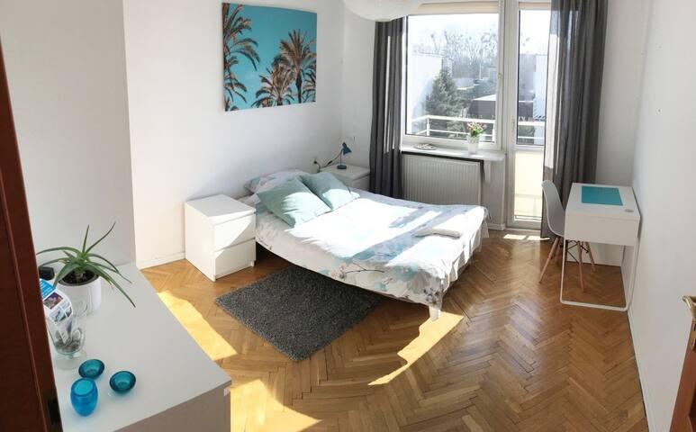 Sunny room 8 mins to Center in quiet neighbourhood
