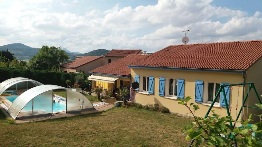 maison calme avec piscine privée et vue  Gergovie - Le Crest - Casa