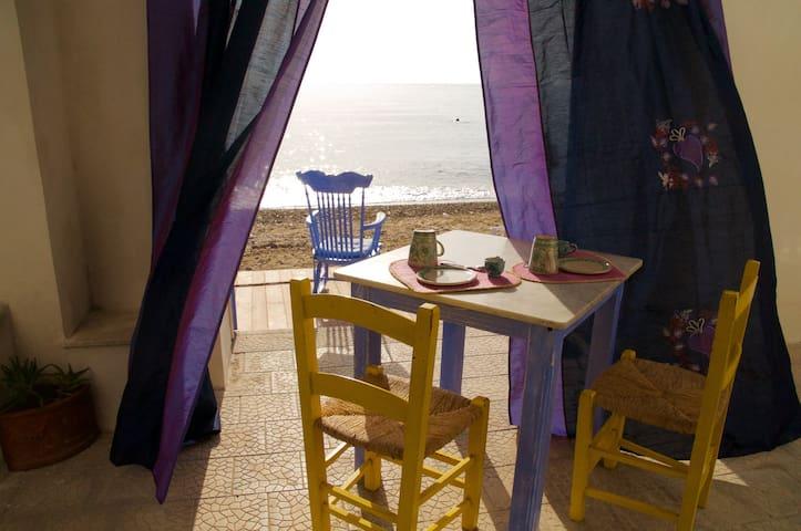 Casa Nica con veranda in riva al mare - Solanto - Rumah