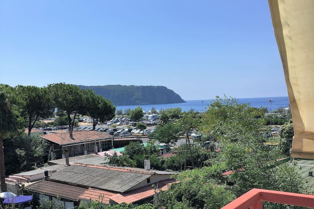 Vista dal balcone del mare e dell'isola di dino