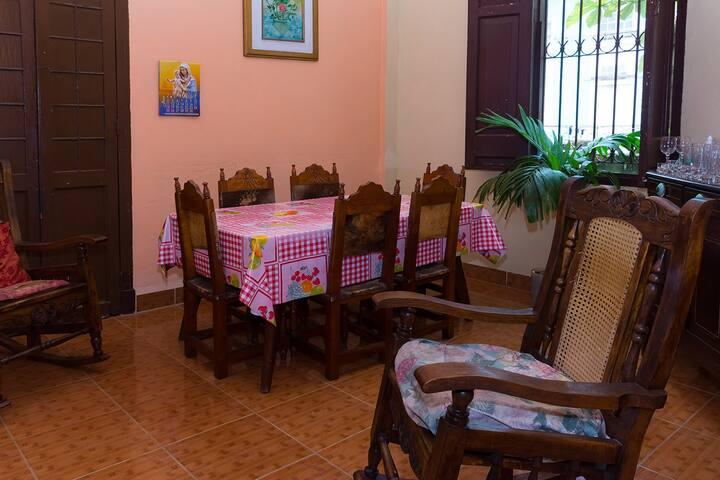 Comedor con acceso a la cocina y patio interior