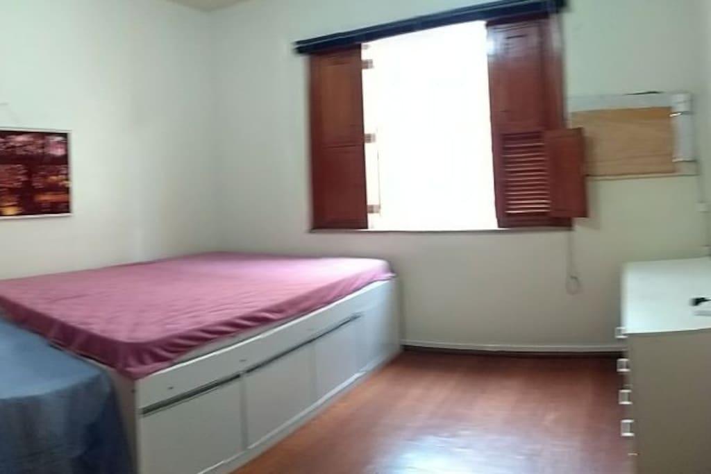 Qt cama casal, armário e mesa de estudo.a disposição de arrumação e decoração a gosto do hóspede.