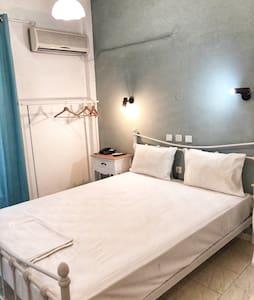 Όμορφο δωμάτιο σε ένα ήσυχο, μικρό  ξενοδοχείο