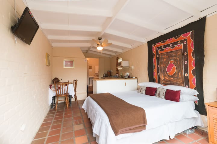 Inyathi Self Catering - Studio Flat