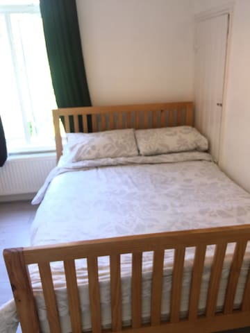 Cosy Double bedroom in bright friendly home