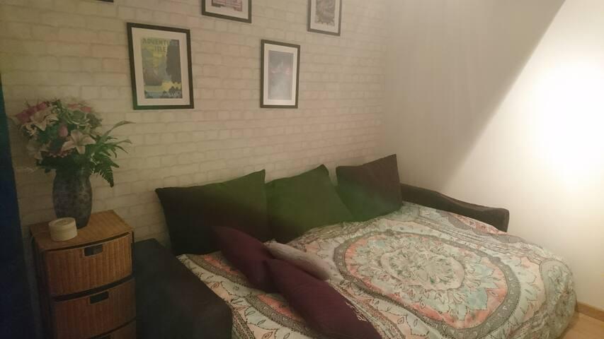 Petite chambre pour voyageurs en quête de repos