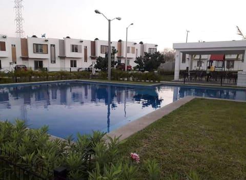 Дом 3Bs, хорошо расположенный с бассейном и грилем Palapa