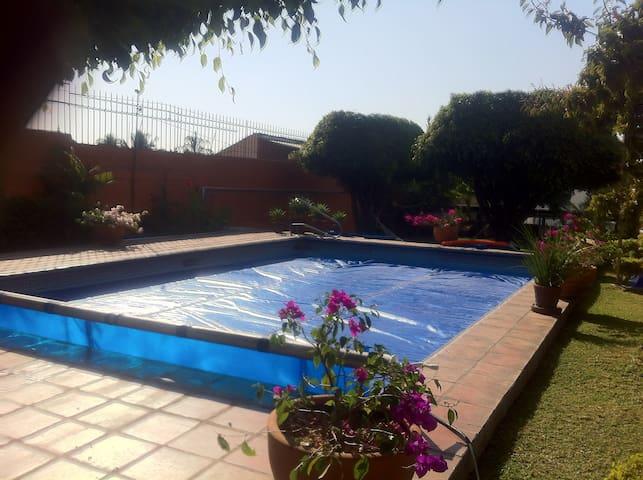 Casa con alberca caliente jardines - Cuernavaca - House