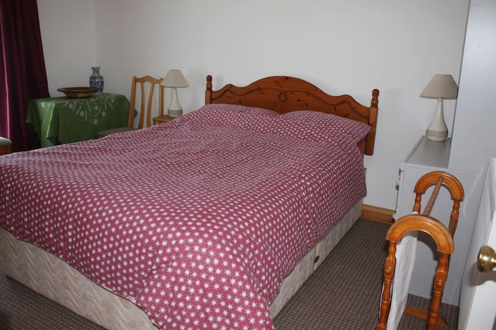 Relaxed and cosy granite house, private bedroom - Trewennack
