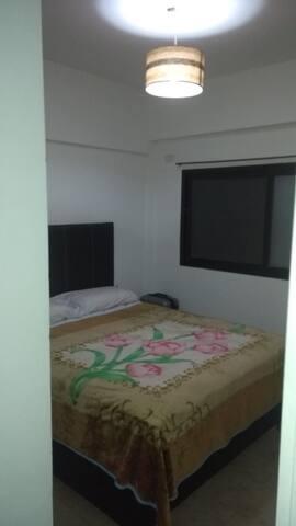Habitacion, con vestidor y baño con ducha luminoso