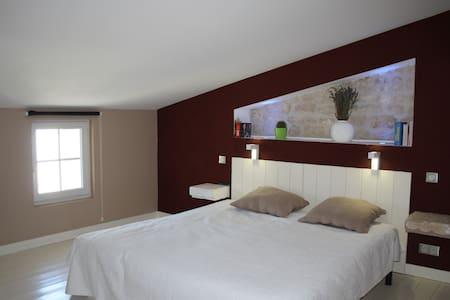 Grande suite parentale sous les toits,  piscine - Niort - Rivitalo