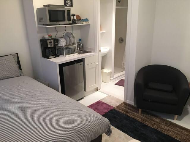 Sunny Private Studio Bedroom & Bath - Brooklyn - House