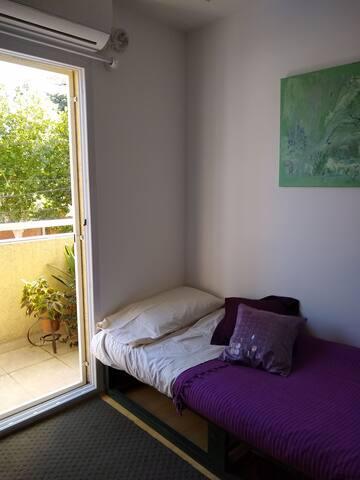Habitación privada con balcón en dúplex.